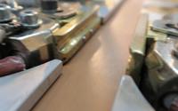 ... Zum Polieren und Verdichten werden die Lederkanten an beheizten und vibrierenden Messingprofilen vorbeigeführt.<br> Je nach Farbton und Ledereigenschaft können das bis zu sechs Durchgänge sein. ...